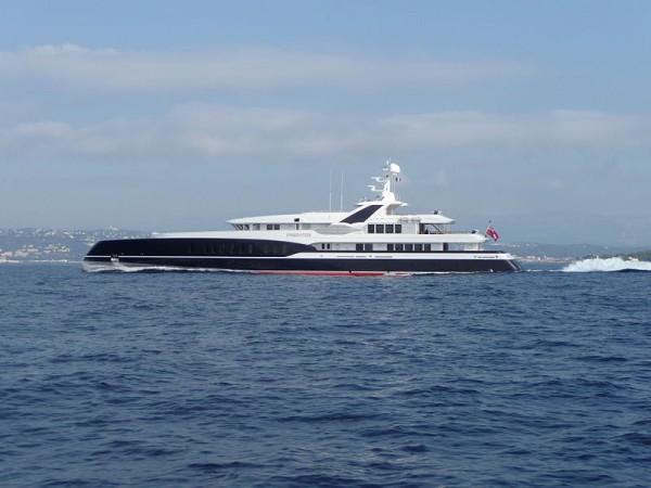 800px-Yacht_PREDATOR (1)