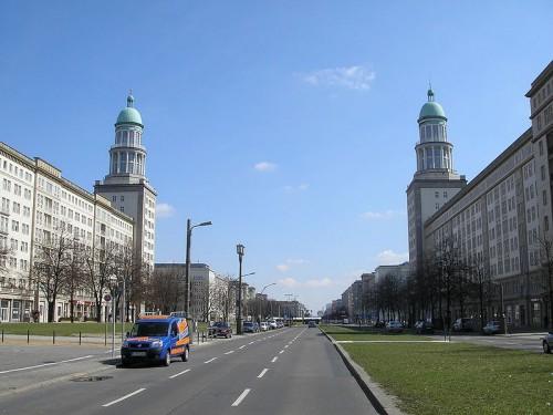 800px-Frankfurter_Tor_Westansicht_Berlin_April_2006_022