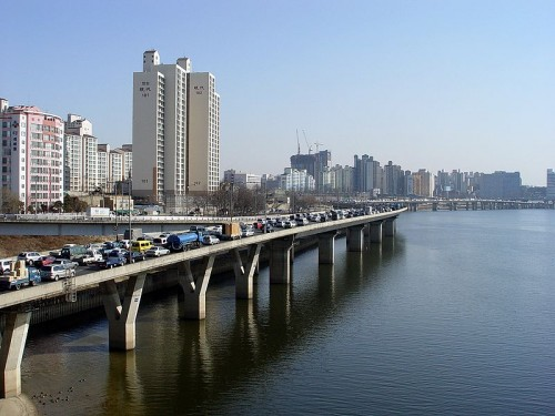 800px-Looking_east_along_the_north_bank_of_the_Han_from_Seogang_Bridge