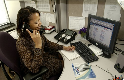 800px-Health_professional_answers_phone