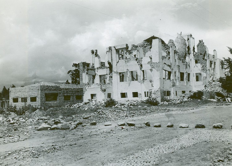 800px-Ambato_Earthquake_-_Ruined_Hospital