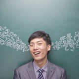 learning, chinese script, bilingual, head and shoulders, happiness, young men, blackboard, smiling, confidence, suit, portrait, studio shot, chinese language, one person,